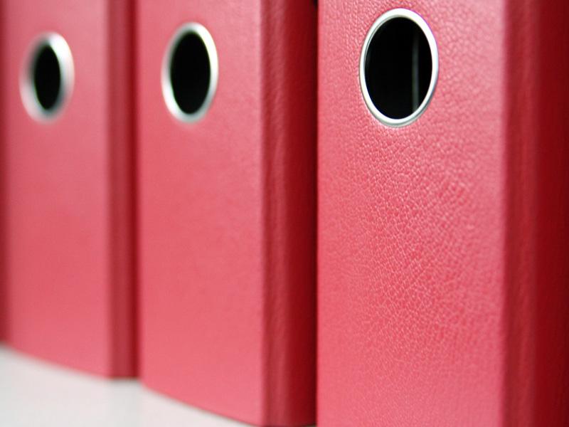 bürowehr – rote Ordner sorgen für Ordnung im Büro